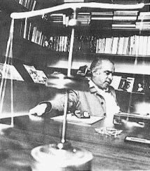 Daniel Oduber en su despacho